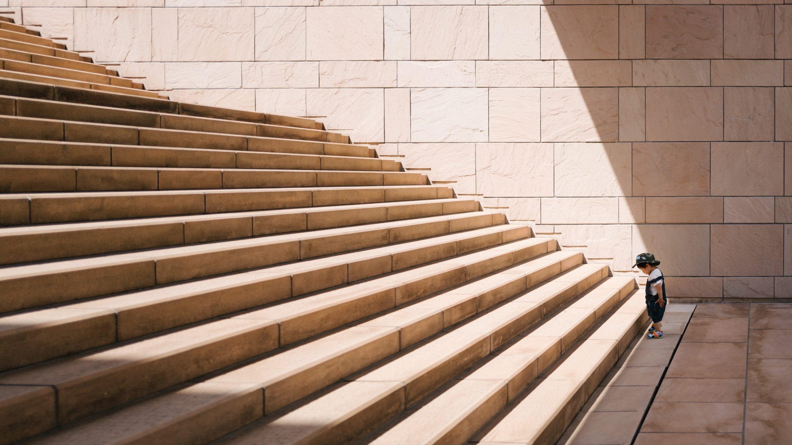 enfant-au-bas-escalier
